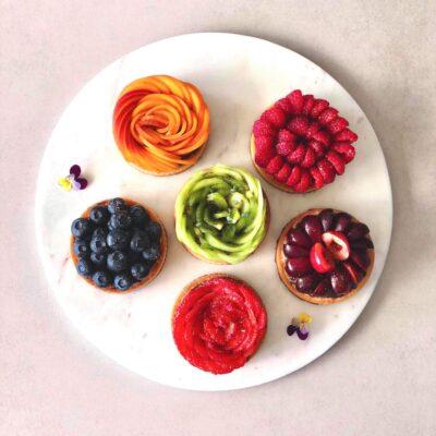 Små frugttærter med mørdej, mandelfrangipane og chokolade