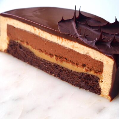 Karamelkage med chokolade og chokoladeglaze