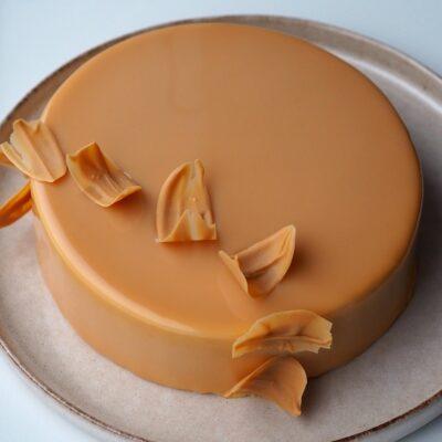 Karamelkage med chokolade og karamelglaze