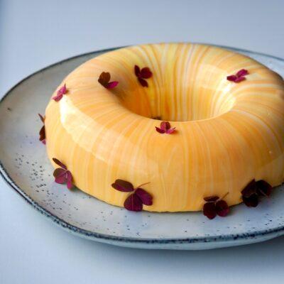 Passionsfrugtkage med mangokompot og pistacie